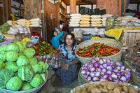 Gemüsehändlerin auf dem Markt von Lobesa