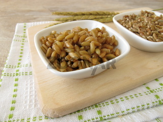 Roher und gekochter Gruenkern und Dinkelaehren