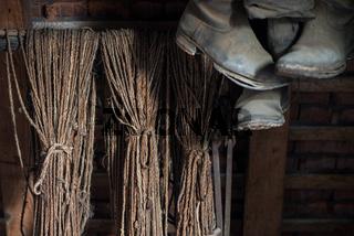 Hanfseile und Stiefel auf einem Dachboden