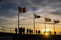 Menschen, Silhouetten, Fahnen, Hafen in Lindau am Bodensee, Bayern, Deutschland, Europa