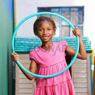 Afrikanisches Mädchen mit Hula Hoop Reifen