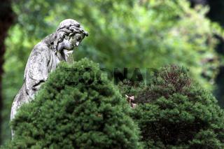 Statue einer trauernden Frau
