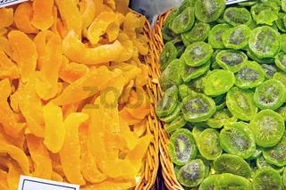 Getrocknete Kiwis und Orangen