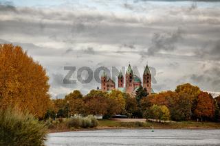Kaiserdom Speyer vom Rhein aus gesehen