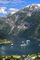 Blick vom Aussichtspunkt Flydalsjuvet auf drei Kreuzfahrtschiffe im UNESCO-Weltnaturerbe Geirangerfjord