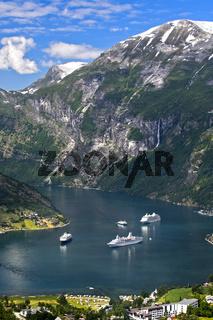 Kreuzfahrtschiffe im UNESCO-Weltnaturerbe Geirangerfjord, Geiranger, Møre og Romsdal, Norwegen