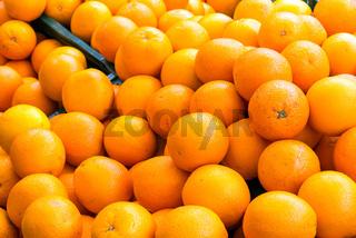 Ein Haufen Orangen auf einem Markt