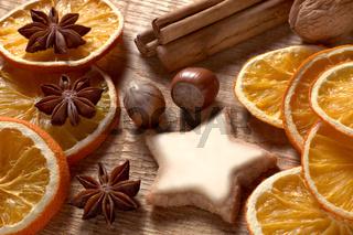 Weihnachtsmotiv mit Orangenscheiben, Zimt, Nüssen und Plätzchen04