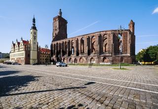 Rathaus und Ruine der Stadtkirche in Gubin, Polen