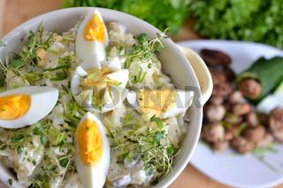 Kartoffelsalat und Hackbällchen