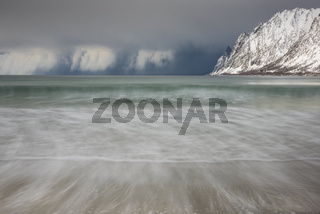 Schneeschauer ueber dem Atlantik, Senja, Norwegen