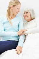 Enkelin besucht Oma im Pflegeheim