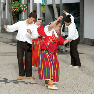Tänzer beim Blumenfest auf Madeira