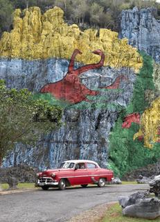 Oldtimer vor der 'Mural de la Prehistoria' bei Vinales