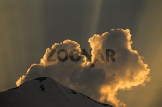 Wolke ueber dem Gipfel des Johannisberg im Abendrot / Nationalpark Hohe Tauern  -  Oesterreich