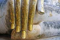 mit Blattgold verzierte Hand einer Buddhastatue (Bhumispara-mudra: Buddha Gautama im Augenblick der Erleuchtung)