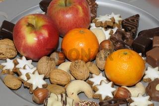 Weihnachtsplätzchen und Obst