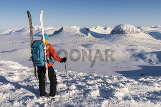 Skifahrer blickt zum Sarek Nationalpark, Lappland