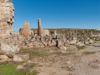 Perge Hellenistisches Stadttor mit den Resten der Wehrtuerme und Blick zu den Kolonnaden der Agora