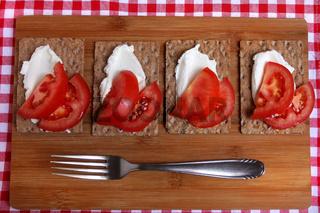Knäckebrot mit Quark und Tomaten