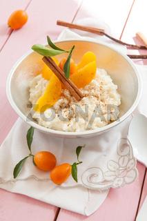Milchreis mit Pfirsichen und Zimt