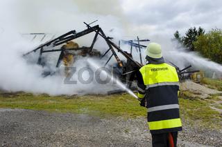 Feuerwehr löscht Brand von einem Haus
