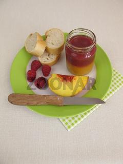 Frühstück mit Pfirsich-Himbeer-Marmelade