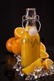Orangensaft in einer Flasche
