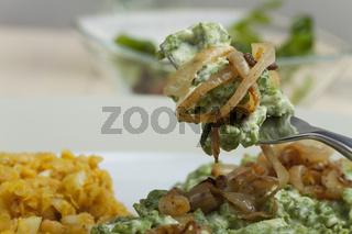 Bayerische Spinatkässpätzle mit Zwiebeln