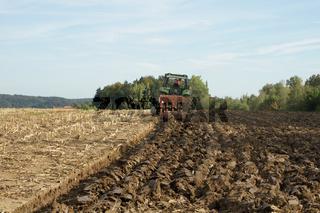 Feld pflügen, ploughing field, nach Maisernte