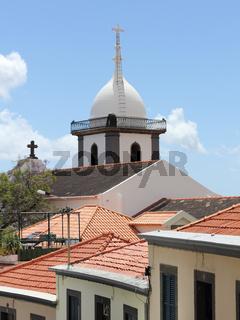 Dächer und Turm der Socorro-Kirche in Funchal