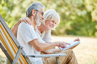Paar Senioren lesen zusammen ein Buch