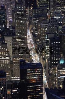 Luftaufnahme einer Strasse in New york City in der Nacht
