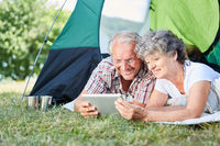Senioren Paar mit Tablet Computer im Zelt
