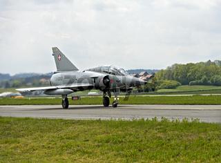 Kampfflugzeug Mirage III nach der Landung auf der Rollbahn, Militärflugplatz Payerne, Schweiz