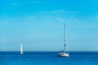 Segelboote auf der Ostsee vor Warnemünde.