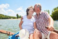 Verliebtes Senioren Paar im Ruderboot