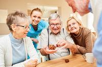 Senioren haben Spaß mit einem Holzpuzzle