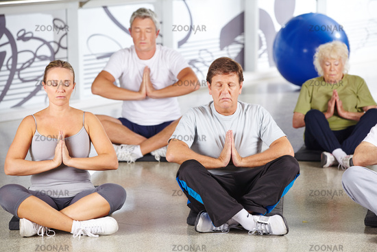 Gruppe Senioren macht Yoga im Fitnesscenter
