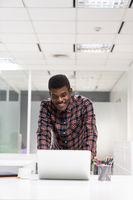 Afrikanischer Mann als Informatik Student