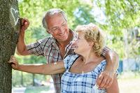 Senioren Paar malt Kreide Herz an einen Baum