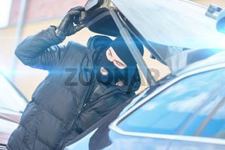 Polizist einer SEK Spezialeinheit im Einsatz