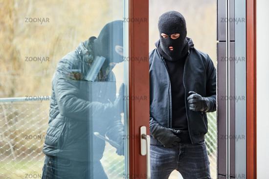 Einbrecher öffnen Terrassentür mit Brecheisen