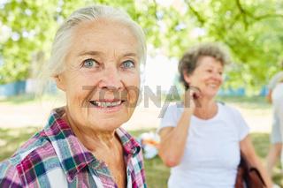 Glückliche Senior Frau im Ruhestand
