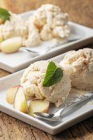 Nahaufnahme von Pfirsicheis auf dem Teller