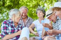 Fröhliche Gruppe Senioren beim Karten spielen
