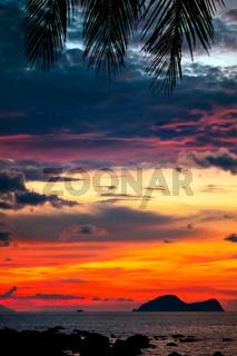 Farbenprächtiger Sonnenuntergang in der berühmten Damai-Bucht im Süd-Westen Borneos