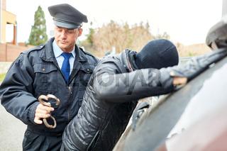 Polizei bei Festnahme von Verbrecher mit Handschellen