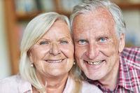 Senioren Paar lächelt glücklich in die Kamera