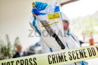 Kriminaltechniker zeigen Messer als Beweismittel